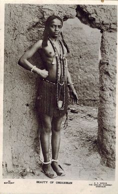 Beri girl from Omdurman, Sudan, wearing a grass apron embellished with rhomboid beads alternating with round ones. This apron is similar to that of ancient Egyptian Middle Kingdom 12th dynasty noble woman Senebtisi, and that of modern Zulu women, confirming the Pan-African cultural unity through time and space. Vintage photography, 1910. African Culture, African History, African Beauty, African Women, Old Photos, Vintage Photos, Africa Tribes, Zulu Women, Xingu