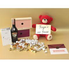 El #amor nos vuelve locos. Y hay muchas maneras de catalizar tanta locura, como a través de #regalosdiferentes. Un hermoso #osodepeluche color rojo, con un aviso que dice #tragadometienes, #enamoradometienes. Con dos cajas de coleccion con chocolates #hersheys y #kisses. Hersheys, Chocolates, Kisses, Christmas Ornaments, Holiday Decor, Products, Love Gifts, Personalized Gifts, Friendship