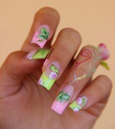 Uñas acrílicas en colores verde y rosa con  arte one stroke.