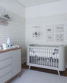 Quartinho bebê l Cinza claro realçado pelo papel de parede e objetos de decoração. Projeto @triplex_arquitetura #babyroom #bebe #babies #mybaby #baby #cute #decoração #interiordesign #arquiteta #arquitetura #design #decor #children #quartodebebe