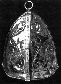 10. Quedlinburg, Stiftskirche, Schatz. Reliquiar zum Aufhängen. Fatimidisch 10. Jh. Vielleicht eine Schenkung Ottos III. Höhe 9,2 cm; Dicke 3 cm. Fassung 15. Jh. (Kopie nach einer solchen des 11. Jh.). Phot. E. Kliche, Quedlinburg.