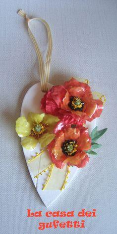 """Cuore in legno bianco con fiori in sospeso trasparente """"Papaveri"""", by La casa dei gufetti, 20,00 € su misshobby.com"""