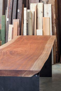 Tavolo realizzato da sezione di legno di Mogano sostenuto da basamento in ferro grezzo. Levigato, spazzolato a mano e rifinito a mano.