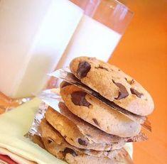 Bardzo popularne, proste w wykonaniu słodkie, kruche ciasteczka z kawałkami deserowej czekolady . Od swojego wyglądu zwane też 'Pieguskam... Sweet Little Things, Food Cakes, Cake Recipes, Food And Drink, Sweets, Cupcakes, Cookies, Breakfast, Ethnic Recipes