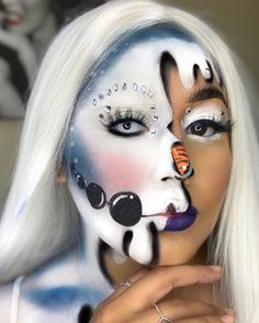 This snowman is so cute! ⛄❄Reminds me of Frozen 😁😘White contact lenses may make your makeup look better. Christmas Makeup Look, Holiday Makeup Looks, Cool Makeup Looks, Crazy Makeup, Adulte Halloween, Lolo, Halloween Eye Makeup, Character Makeup, Face Painting Designs