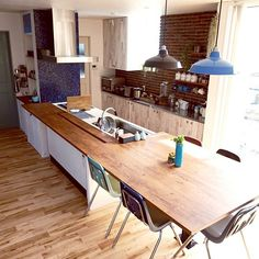 table attached to kitchen island. Kitchen Dinning Room, Cozy Kitchen, Kitchen Island, Cocina Office, Modern Rustic Homes, Cottage Renovation, Kitchen Views, Furniture Layout, Simple House