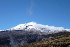 """Nevada del Ruiz, Colombia.  El 13 de Noviembre de 1985 hizo una pequeña erupción que generó movimientos de tierra y nieve matando a 23.000 personas y la destrucción del pueblo de """"Armero"""". Los sobredientes se mudaron a tierras más altas."""