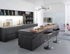 2015 Concrete-A, презентованная на выставке House4Kitchen в сентябре. Модель выполнена из бетона – брутального материала, который все чаще встречается в современном интерьере. Фабрика использует уникальную технологию, при которой мелкозернистый бетон вручную наносится на окрашенную основу из МДФ по технологии шпаклевания. На выбор предлагается покрытие трех оттенков: светлый (Manhattan), более темный (Brasilia) и отливающий ржавчиной серый цвет (Le Havre).