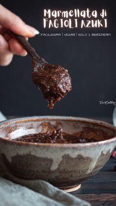 """La marmellata di fagioli azuki in giapponese si chiama """"anko"""". Si tratta di una sorta di confettura, tipicamente molto densa, fatta proprio con i classici fagiolini rosso scuro, ammollati e poi cotti, frullati e ricotti in padella insieme allo zucchero. #azuki #fagioliazuki #fagiolirossi #marmellatadifagioli #marmellatafattaincasa #marmellatadiazuki #ricettadellamarmellata #anko"""