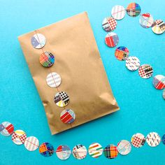 Turning an ordinary paper bag into a gift bag with DIY paper garland. And if you haven't done paper garland.it's so easy. Paper Packaging, Pretty Packaging, Craft Gifts, Diy Gifts, Diy Doll Miniatures, Diy Paper, Paper Crafts, Brown Paper Packages, Diy Projects To Try