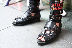 More photo at:  http://www.fashionsnap.com/streetsnap/2012-07-27/17877/#