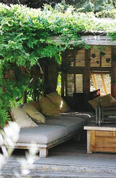 Like how they #upcycle d old #shutters to block out the afternoon sun; lovely #OutdoorRoom / via #LinenAndLavender
