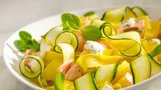 Doskonały przepis na makaron wstążki z cukinią i świeżym łososiem w śmietanowym sosie! Wypróbuj koniecznie!