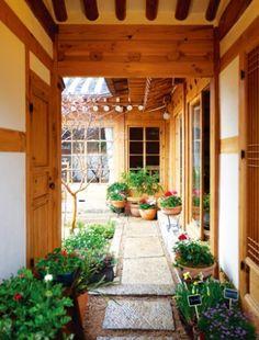 [BY 리빙센스] 한옥은 누구와도 사랑에 빠진다. 기와의 둥근 곡선과 나무의 직선이 조화를 이루어내는 ... Cottage Design, House Design, Home Interior Design, Interior And Exterior, Mediterranean Style Homes, Asian Design, Home Landscaping, Japanese House, House Layouts