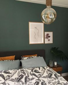 A real atmosphere creator: go for a dark green wall in the bedroom - Eigen Huis en Tuin, Green Bedroom Walls, Dark Green Walls, Green Rooms, Bedroom Colors, Grey Green Bedrooms, Bedroom Inspo, Home Decor Bedroom, Modern Bedroom, Room Decor