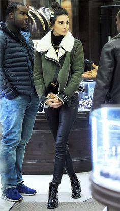 Street style look Kendall Jenner, com jaqueta aviador, turtleneck, calça de couro e bota de verniz.