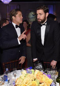 Pin for Later: Die 22 besten Backstage-Aufnahmen der Golden Globes Brad Pitt schien John Krasinski etwas beizubringen
