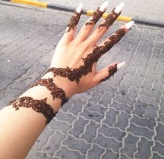 Image via We Heart It https://weheartit.com/entry/130533699/via/3908745 #hand #henna #nails #tattoo #white