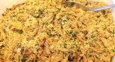 """Essa é minha receita de farofa preferida e um prato que é servido lá em casa desde que me entendo por gente. Pra mim é o acompanhamento perfeito para uma carne e não existe """"confort food"""" melhor que ela com arroz e feijão. O truque p"""