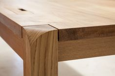 A closer look at the hand shaped leg detail. This solid oak desk is complete and ready for delivery to its new home just in time for… Mod Furniture, Furniture Projects, Wood Projects, Furniture Design, Woodworking Projects Diy, Woodworking Furniture, Solid Oak Desk, Wood Slab Dining Table, Wood Joints