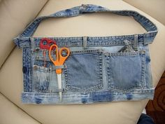 Adorable tool belt style apron from recycled jeans, denim, crafting idea, pockets Diy Jeans, Jean Crafts, Denim Crafts, Artisanats Denim, Denim Purse, Couture Main, Jean Apron, Sewing Aprons, Denim Aprons