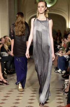 Una modelo presenta una creación del diseñador brasileño Gustavo Lins de su marca Gustavolins, para la temporada de Alta Costura de otoñio-invierno 2012/13 en la semana de la moda de París