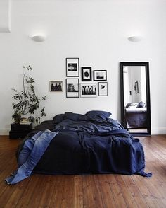 Granatowa pościel w sypialni