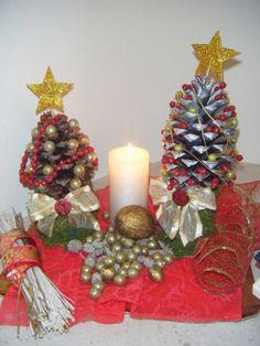 Arranjo de natal com pinhas