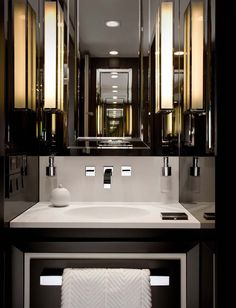 we do design.pl - Lifestyle Interior Design : Paris St Honore black glass walls, black and white bathroom, mirror cabinet, noir blanc salle de bains, biało czarna łazienka, les murs en verre noire, ściany z czarnego szkła