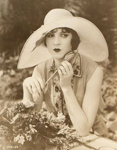 Olive Borden died penniless in 1947 and was buried at Forest Lawn Retro Mode, Mode Vintage, Vintage Style, 1920s Style, Old Hollywood Glamour, Classic Hollywood, 1920s Glamour, Hollywood Stars, Belle Epoque