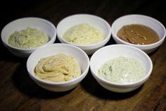 """Manteigas aromatizadas são facílimas de fazer em casa e podem ser um """"curinga"""" na cozinha, indo bem tanto com pratos salgados quanto doces. Nas imagens a seguir, o chef Paulo Kotzent, do restaurante Santovino, ensina, passo a passo, como preparar cinco opções. Todas elas levam manteiga sem sal"""