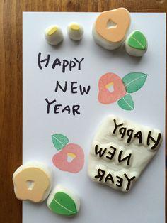 日本の伝統的な年始のご挨拶、「年賀状」。最近ではSNSなどで簡単に年始のご挨拶ができてしまいますが、やはり一枚一枚心を込めて書いた年賀状の方が相手にも気持ちが伝わりますよね。そこで今回は、「寝相アート」「野菜スタンプ」「消しゴムはんこ」「マスキングテープ」など、お子さまと一緒に楽しみながら簡単につくれる年賀状のアイディアをご紹介します。元旦に年賀状を届けたいなら、12月25日のクリスマス前に投函するのがおすすめ。今から少しずつ準備すれば、年末バタバタせずにすみますよ。