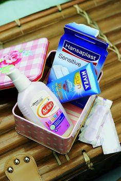 Süßer SOS-Kasten für Ausflüge: Metallbox mit Pflastern, Sonnencreme und Mückenspray im Mini-Format packen burdafood.net/Jan-Peter Westermann http://www.meine-familie-und-ich.de/