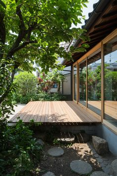 Tato Architects updates a house with a curved plywood interior Japanese Style House, Traditional Japanese House, Japanese Garden Design, Design Exterior, Interior And Exterior, Sustainable Architecture, Architecture Design, Pavilion Architecture, Classical Architecture