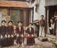 [Photos] Striking Color Images Portray Daily Life in Hanoi 100 Years Ago - Urbanist Hanoi Vietnam History, Vietnam War Photos, Asian History, Art History, Modern History, Old Pictures, Old Photos, Albert Kahn, Image Positive