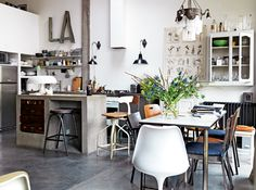 Industriell stil med poetisk känsla: så beskriver Virginie och Alfonso sitt hem i Paris, ett rymligt och smart renoverat radhus i en gammal knappfabrik. – Vi ville bevara fabriksstämningen och...