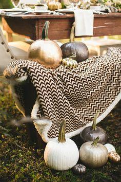 originelle-Idee-Halloween-lackierte-Kürbisse-Metall-Nuancen-golden-silbern-graphit