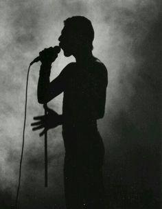 Nunca se fue. Sigue teniendo mucho que ofrecer en este tiempo que nos ha tocado vivir. Queen sigue sacando a la luz material que dejara en vida. Made in Heaven fue un disco cuyo contenido al completo se editó así.