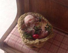 Kleine baby elf in een bosrijke mand ** gereserveerd **