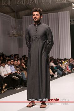 Moslem Fashion, Arab Fashion, Mens Fashion, African Attire, African Fashion Dresses, Jubbah Men, Mens Tunic, Mens Leather Coats, Men Wearing Skirts