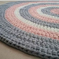 New Baby Blanket Gift Tutorials 70 Ideas Crochet Mat, Crochet Carpet, Crochet Rug Patterns, Crochet Round, Love Crochet, Crochet Stitches, Crochet Decoration, Crochet Home Decor, Cotton Cord