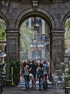 Bellísima Plaza Real (Plaça Reial), una de las más animadas de #Barcelona http://www.viajarabarcelona.org/lugares-para-visitar-en-barcelona/placa-reial/