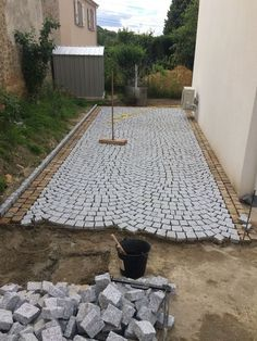 Home Discover Laying granite paving stones from Portugal. Driveway Design, Driveway Landscaping, Landscape Design, Garden Design, Granite Paving, Paving Ideas, Paver Walkway, Paving Stones, Garden Projects