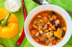 Rozgrzewająca, sycąca, gęsta z mnóstwem warzyw. Zamiast mięsa mielonego, jak to w większości takich zup, w tej jest pierś z kurczaka. Pikantna…to cecha charakterystyczna tej zupy, ale jeżeli nie lubicie ostrych smaków, możecie nie dodawać papryczki chili i innych ostrych przypraw.