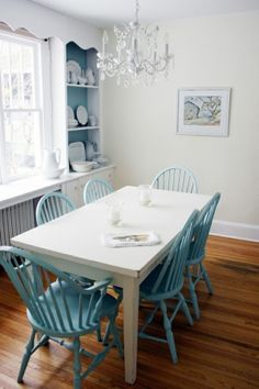 Painted kitchen table and chairs. Peindre les chaises du sous-sol!