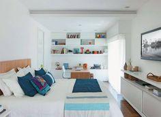 cama com cabeceira em madeira