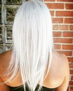 Take your natural blonde up a notch with this icy, white blonde hair color. Formula in the comments.