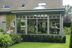 De steunmuur van een veranda kan gemaakt worden met dezelfde baksteen als je huis, maar kan je evengoed anders afwerken. Wat denk je bijvoorbeeld van hout of met beplanting ervoor?