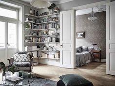 Wohnzimmer mit Fluegeltueren zum Schlafzimmer