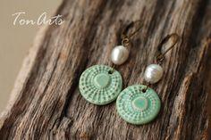 Türkisfarbene Ohrringe mit Keramik und Süßwasserperlen - Boho Style